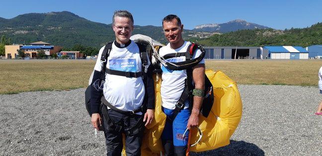 L'évêque de Gap Mgr Xavier Malle a réalisé son premier saut en parachute avec son moniteur Vincent.