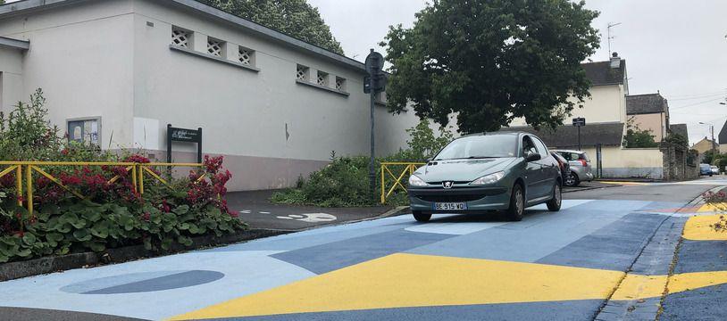 La fresque réalisée devant le groupe scolaire Mauconseil à Rennes vise à faire ralentir les automobilistes.