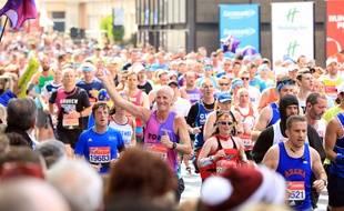 Il demande sa compagne en mariage pendant le marathon de Londres
