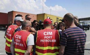 Des syndicalistes de la CGT CIM annoncent à la presse la reconduite de la grève au Havre le 27 mai 2016