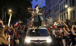 Des dizaines de Lyonnais se sont mis à bondir sur des voitures ayant le malheur de passer quai Saint-Antoine mardi soir.