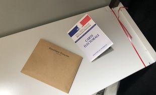 Illustration d'une carte d'électeur dans un isoloir lors du premier tour des élections régionales en Bretagne.
