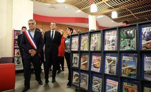 Emmanuel Macron en visite dans une bibliothèque des Mureaux