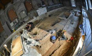Des archéologues fouillent des tombes dans le couvent Sainte-Ursule de Florence, le 17 juillet 2012