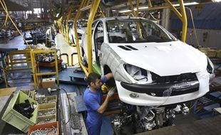 Une ligne d'assemblage de Peugeot 206 dans une usine Khodro à Téhéran, en 2014.