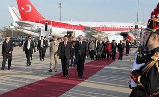 Le secrétaire d'Etat aux Affaires européennes, Pierre Lellouche, et le Premier ministre turc Recep Tayyip Erdogan, à l'arrivée de ce dernier à Roissy Charles de Gaule, le 6 avril 2010.