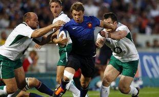 L'ailier du XV de France, Vincent Clerc, échappe à deux Irlandais, le 13 août 2011 à Bordeaux.