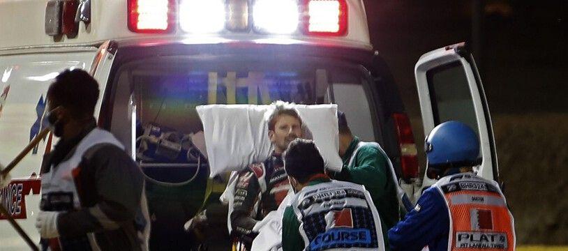 Romain Grosjean s'est extirpé de sa voiture en flamme avant d'être pris en charge par les secours.