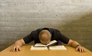 Un homme tombe de sommeil sur son livre, le 23 octobre 2009.