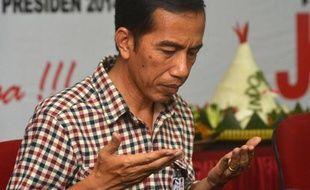 Le candidat à la présidentielle, Joko Widodo, en prière le 4 juin 2014 lors d'une réunion de sa formation, le Parti démocratique indonésien de la lutte (PDI-P), à Jakarta