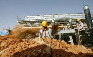 Des travailleurs sur le site de production de pétrole de la compagnie pétrolière saoudienne Aramco le 23 juin 2008, en Arabie saoudite