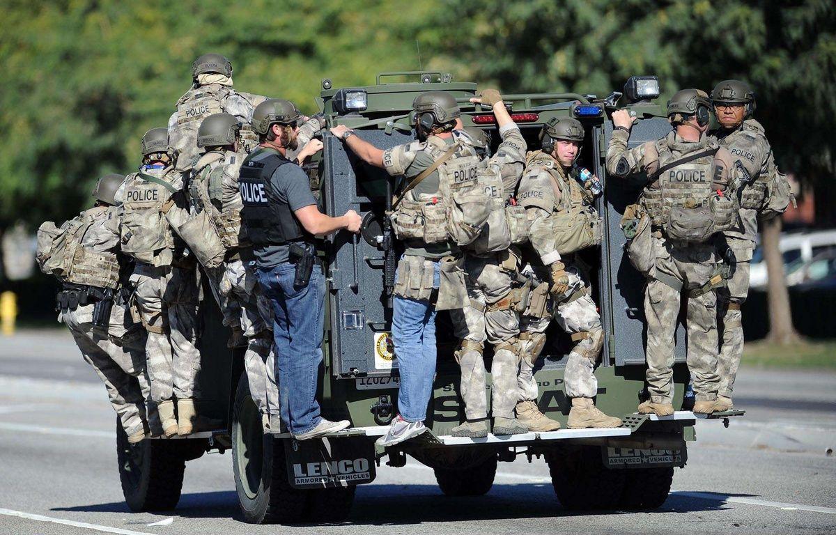 Des policiers du Swat transportés par un de leurs véhicules sur les lieux de la fusillade de San Bernardino en Californie. – Micah Escamilla/AP/SIPA
