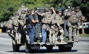 Des policiers du Swat transportés par un de leurs véhicules sur les lieux de la fusillade de San Bernardino en Californie.