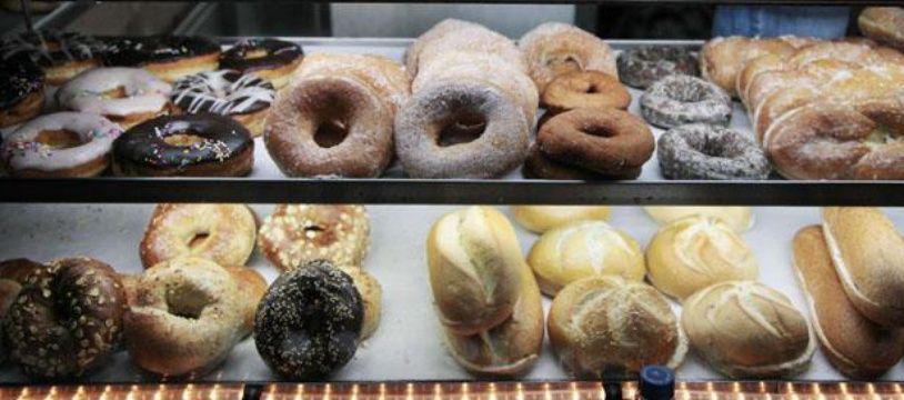 Des donuts, des croissants et des bagels dans une vitrine