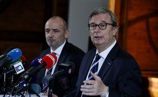 Le président du Raing 92 Jacky Lorenzetti (au premier plan), à côté de celui du Stade Français Thomas Savare, lors de l'annonce de la fusion entre les deux clubs, le 13 mars 2017.
