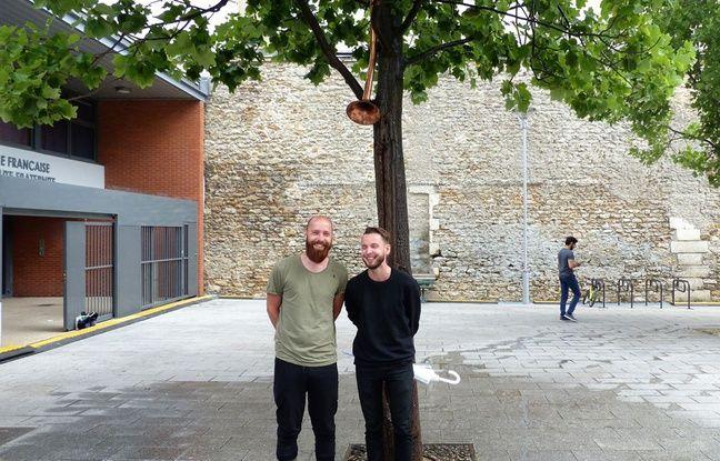 Clément et Antoine Bertin sous leur Arbre de pluie, le 11 juillet à Paris 10e.