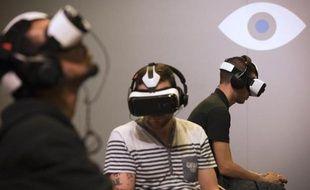 Des joueurs utilisent des casques de réalité virtuelle Oculus lors du Salon des Jeux vidéos à Paris, le 1er novembre 2014 à Paris