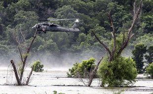 Des hélicoptères de l'armée recherchent des soldats disparus au Texas, le 3 juin 2016