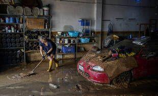 Une femme nettoie la boue après une inondation dans une ville balnéaire d'Alcanar, dans le nord-est de l'Espagne, le jeudi 2 septembre 2021.