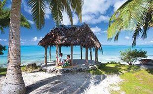 Un couple sur une plage des îles Samoa.
