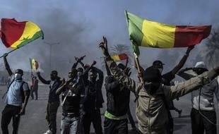 Des manifestants protestent contre l'arrestation d'Ousmane Sonko, le 5 mars 2021 à Dakar au Sénégal.