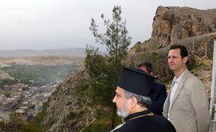 Une image téléchargée de la page officielle Facebook de la présidence syriennele 20 avril 2014 où figure le président Bashar al-Assad (d) lors d'une visite au monastère de l'ancienne ville chrétienne de Maalula reprise aux rebelles récemment