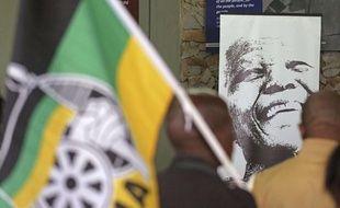 Une photo de Nelson Mandela lors d'une commémoration à Qunu en Afrique du Sud le 7 décembre 2013.