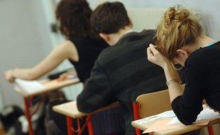 Des étudiants en salle d'examen.