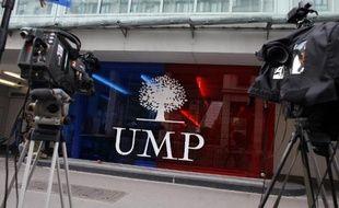 Photo d'archives de caméras et appareils photos disposés devant le siège du parti UMP, rue de Vaugirard dans le 15e arrondissement de Paris, le 26 mai 2014