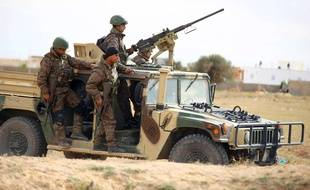 Des soldats tunisiens patrouillent dans la banlieue de Ben Guerdane, le mardi 8 Mars 2016.