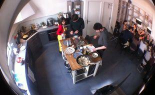 Dans la cuisine partagée de la start-up Recommerce solutions, un employé se relaie chaque jour pour nourrir les autres.