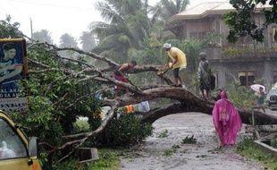 Le typhon Bopha, le plus puissant de l'année aux Philippines, a fait au moins huit morts et quatre disparus mardi dans l'extrême sud de l'archipel balayé par des vents violents et noyé sous des trombes d'eau, avant de se diriger vers les régions centrales, selon un nouveau bilan des secouristes, qui pourrait considérablement s'alourdir.