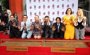 Le casting de «The Big Bang Theory» laisse ses empreintes dans le ciment au Chinese Theatre à Hollywood le 1er mai, au lendemain du dernier jour de tournage de la série