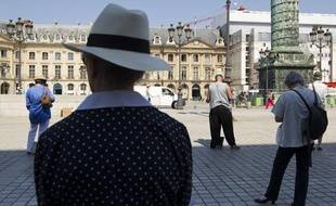 Une quinzaine de Veilleurs sont regroupés place Vendome pour soutenir Nicolas Buss, un militant anti mariage gay, le 9 juillet 2013.