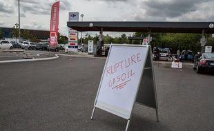Une pancarte indiquant une rupture de gasoil dans une station essence de Saint-Malo, le 20 mai 2016.
