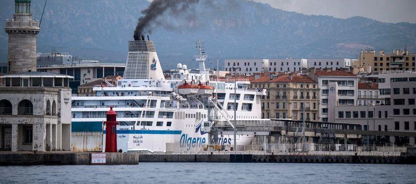 Un navire d'Algérie Ferries dans le port de Marseille.