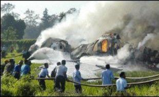Un Boeing 737 s'est enflammé en ratant son atterrissage mercredi dans la ville indonésienne de Yogyakarta, faisant au moins 21 morts et des dizaines de blessés.