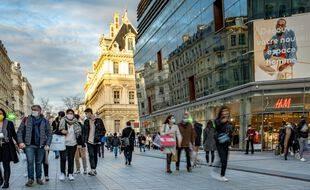 Des piétons dans le centre de Lyon le 20 décembre 2020.