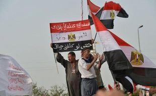 Des centaines d'Egyptiens ont manifesté vendredi au Caire leur soutien à un retour de l'armée au pouvoir dans un pays qui n'est toujours pas sorti d'une transition politique chaotique émaillée de violences, deux ans après la chute de Hosni Moubarak.