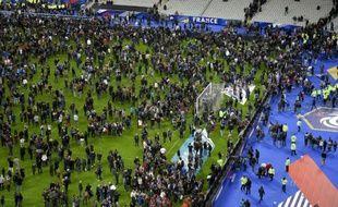 La pelouse du Stade de France envahie par les spectateurs le 13 novembre 2015 à Saint-Denis