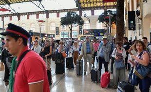 Le 20 août 2017, des voyageurs attendent de prendre leur train à la gare de Marseille Saint-Charles, alors que le trafic SNCF a été interrompu la veille.