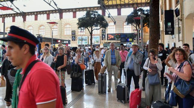 Le 20 août 2017, des voyageurs attendent de prendre leur train à la gare de Marseille Saint-Charles, alors que le trafic SNCF a été interrompu la veille. – BERTRAND LANGLOIS / AFP