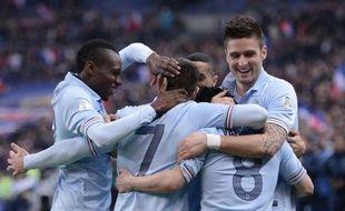 L'équipe de France a passé une soirée idéale vendredi en éliminatoires du Mondial-2014 avec une victoire 3-1 sur la Géorgie conjuguée au nul de son rival espagnol contre la Finlande (1-1), alors que l'Angleterre s'est bien amusée à Saint-Marin (8-0).