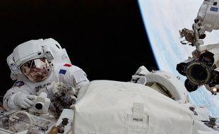 Une sortie extra-véhiculaire dans l'espace lors d'une mission sur la station spatiale internationale.
