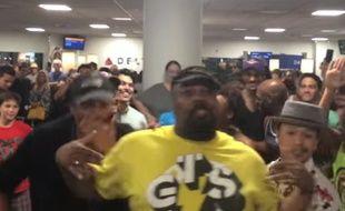 Capture d'écran d'une vidéo où l'on voit les troupes des comédies musicales «Aladdin» et «Le Roi Lion» chanter à l'aéroport de LaGuardia de New York, le 31 mai 2015.