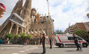 Illustrations de policiers devant la Sagrada Familia en 2017.
