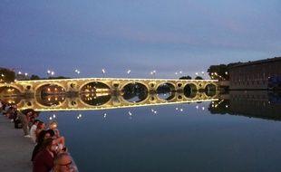 Les berges de Garonne à Toulouse, avec vue sur le Pont-Neuf, entre chien et loup.