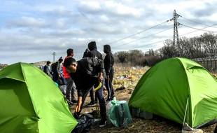 Un camp de migrants près de l'ancienne «jungle» de Calais, en février 2019.