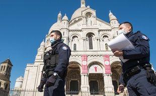 Des policiers contrôlent les attestations de déplacements à Paris le 23 mars 2020.