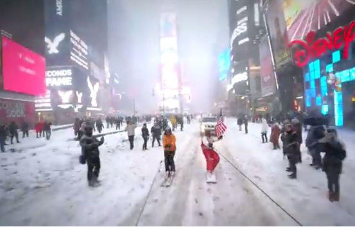 Casey Neistat dans les rues de New York sur son snowboard. – Youtube/Casey Neistat
